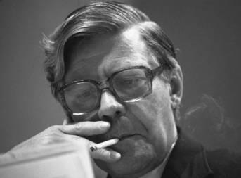 Helmut Schmidt, Zigarette rauchend, sitzend, lesend