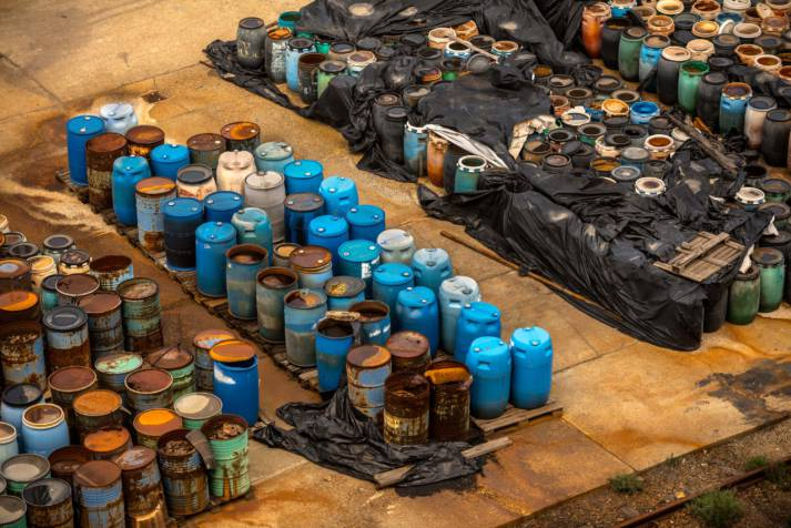 Several barrels of toxic waste at the dump In Somalia haben die illegalen Giftmüllablagerungen schwerwiegende Folgen für Mensch und Umwelt. Symbolbild |  Bild: © Svedoliver - Dreamstime.com