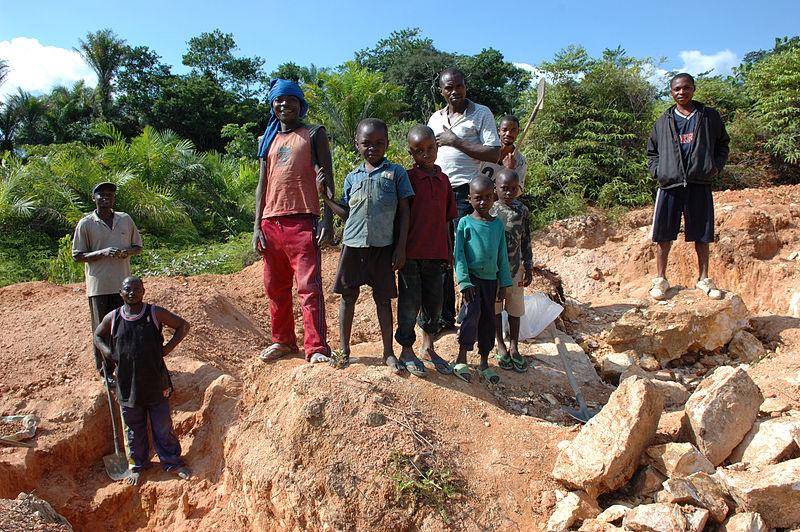 Kinder arbeiten im informellen Bergbau in Kongo