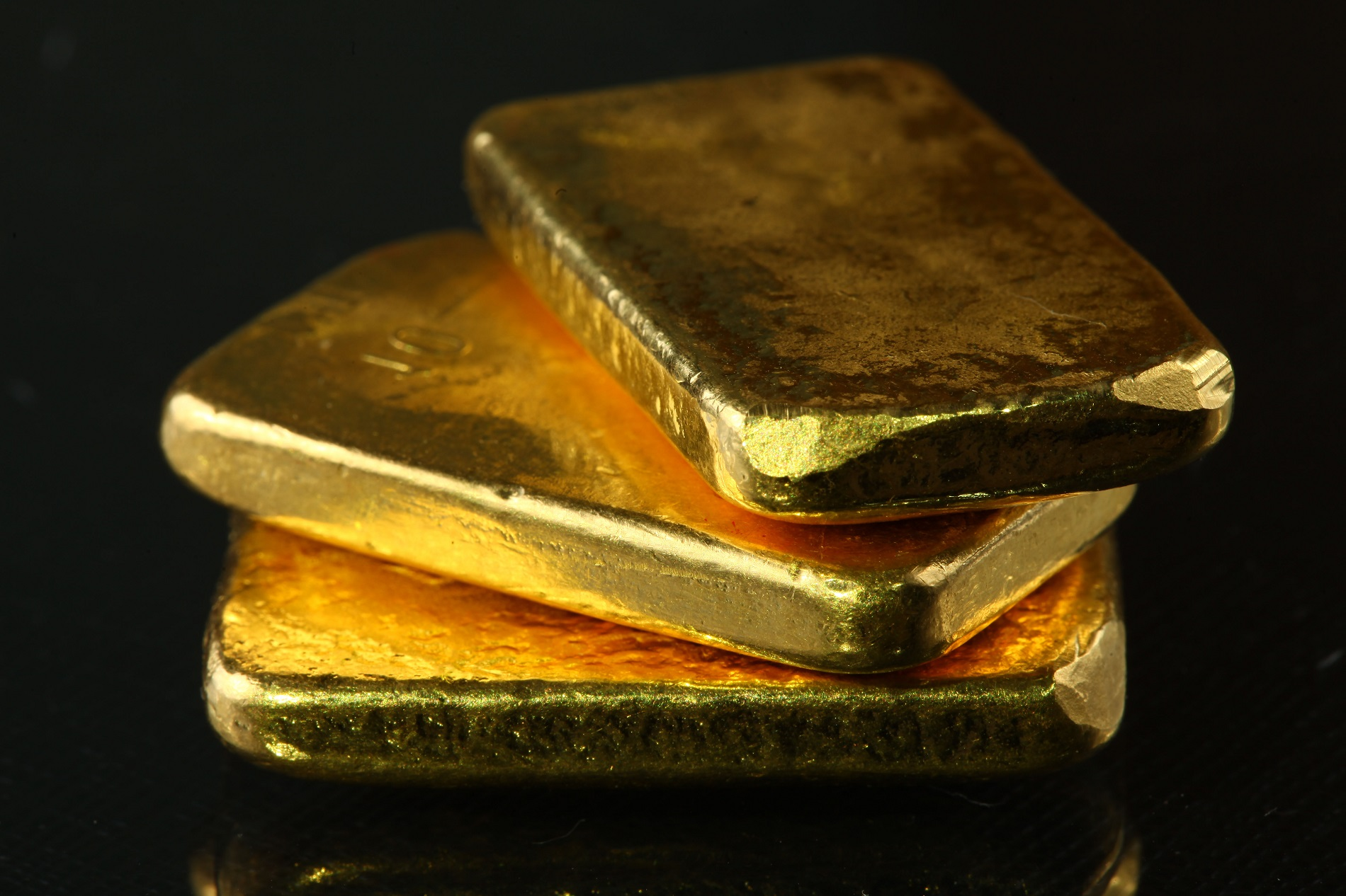 Gold bar put on the dark background represent the business concept related idea. | Bild (Ausschnitt): © Eurostar1977 - Dreamstime.com