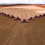 Mass soybean harvesting at a farm in Brazil. | Bild (Ausschnitt): © Alf Ribeiro | Dreamstime.com [Royalty Free] - Dreamstime.com