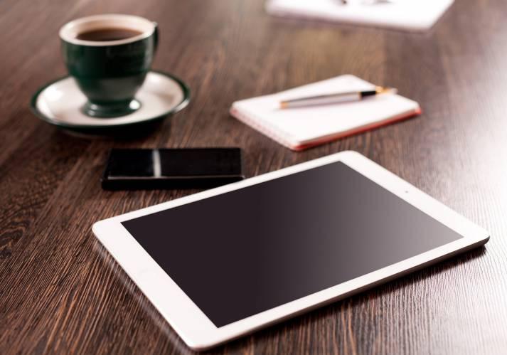 Elektroartikel bei der Kaffeepause Immer mehr Menschen bestellen Ware auf Online-Plattformen |  Bild: © Opolja - Dreamstime.com