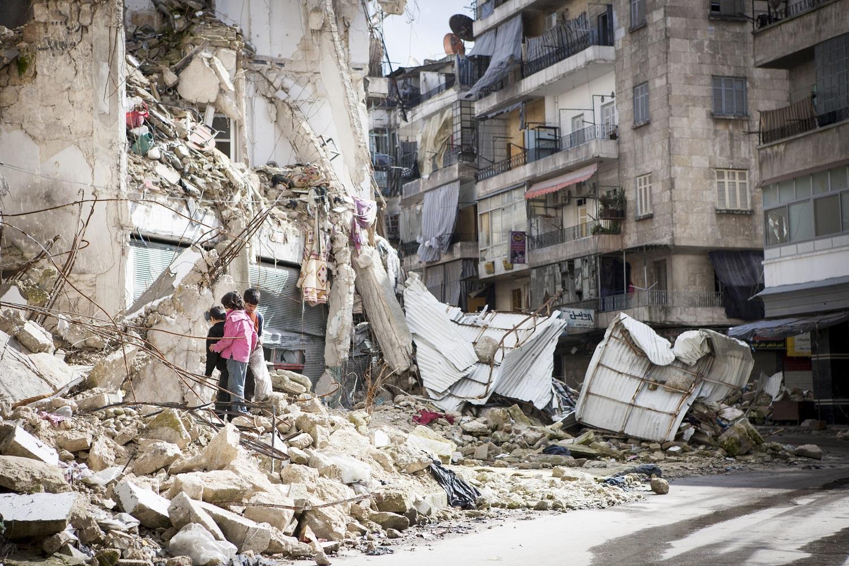 Kinder in Syrien suchen in den Ruinen nach Feuerholz.