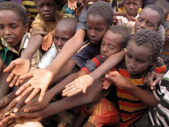 Kinder im Flüchtlingslager bitten um Hilfe Dadaab-Flüchtlingscamp,  Kenia    Bild: © Sadık Güleç - Dreamstime.com