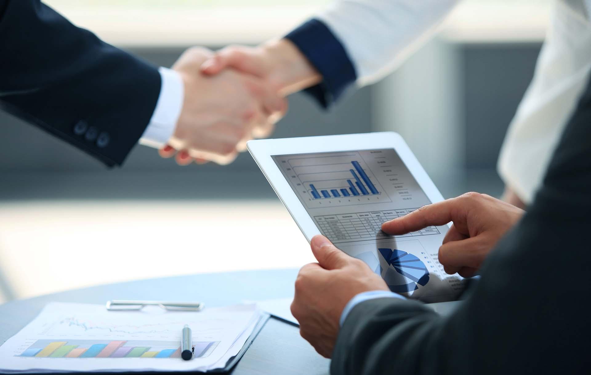 Business associates shaking hands in office    Bild (Ausschnitt): © Tsyhun / Dreamstime [Royalty Free]  - Dreamstime.com
