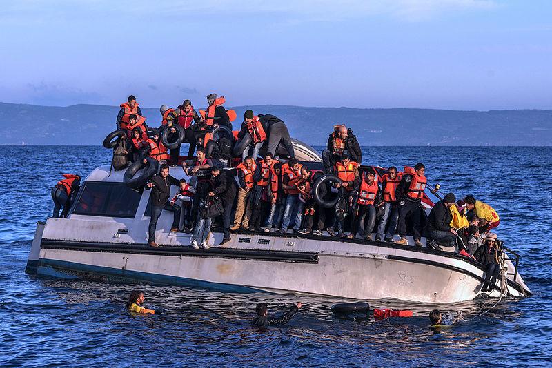 Fluechtlingsboot auf dem Weg von Griechenland in die Türkei.