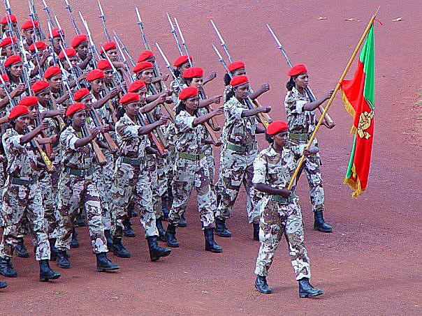 Militärparade eritreischer Soldatinnen |  Bild (Ausschnitt): © Temesgen Woldezion [CC BY-SA 2.5]  - Wikimedia Commons