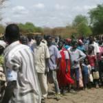 Südsudanesische Flüchtlinge stellen sich in einem Camp für Wasser an. Im Südsudan sind heute mehr als drei Millionen Menschen auf der Flucht vor dem blutigen Bürgerkrieg. | Bild (Ausschnitt): © DFID - UK Department for International Development - Wikimedia Commons