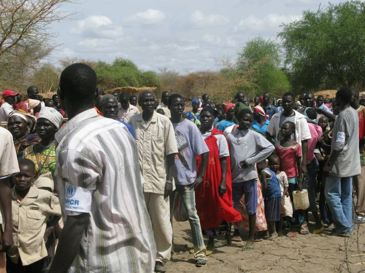 Südsudanesische Flüchtlinge stellen sich in einem Camp für Wasser an. Im Südsudan sind heute mehr als drei Millionen Menschen auf der Flucht vor dem blutigen Bürgerkrieg. |  Bild: © DFID - UK Department for International Development - Wikimedia Commons