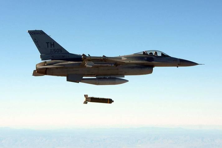 U.S. lUftwaffe wirft Streubombe ab U.S. Luftwaffe wirft Streubombe ab |  Bild: © U.S. Defenselmagery - wikimedia commons