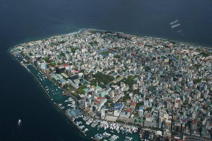 Malé Viele Menschen müssen auch heute schon umgesiedelt werden. Ein Foto von Malé, der Hauptstadt der Malediven |  Bild: © steve_l [CC-BY-2.0]  - Wikimedia Commons