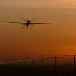 Der Tod ist allgegenwärtig - eine Drohne im Anflug auf den Flughafen in Kandahar. Der Tod ist allgegenwärtig - eine Drohne im Anflug auf den Flughafen in Kandahar. | Bild (Ausschnitt): © Fg Off Owen Cheverton/MOD [OGL 1.0] - Wikimedia Commons
