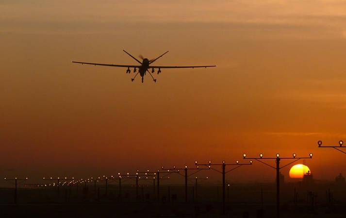 Der Tod ist allgegenwärtig - eine Drohne im Anflug auf den Flughafen in Kandahar. Der Tod ist allgegenwärtig - eine Drohne im Anflug auf den Flughafen in Kandahar.    Bild: ©  Fg Off Owen Cheverton/MOD [OGL 1.0]  - Wikimedia Commons