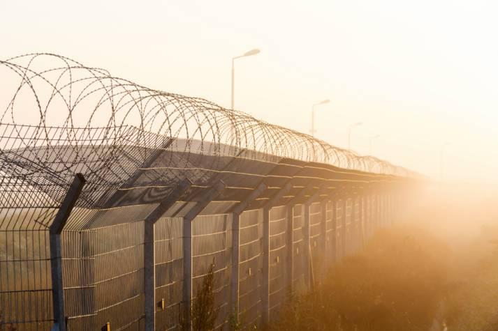 Grenzzaun Hermetisch abgeriegelte Grenzen in Afrika sollen Migranten an der Flucht hindern. | Bild: © Mikhail Starodubov  - Dreamstime