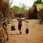 Äthipisches Kind schleppt Wasser Kinder unterstützen ihr Familien, wo sie auch können - für Schule fehlt die Zeit | Bild (Ausschnitt): © John Lavall [GNU] - Wikimedia Commons