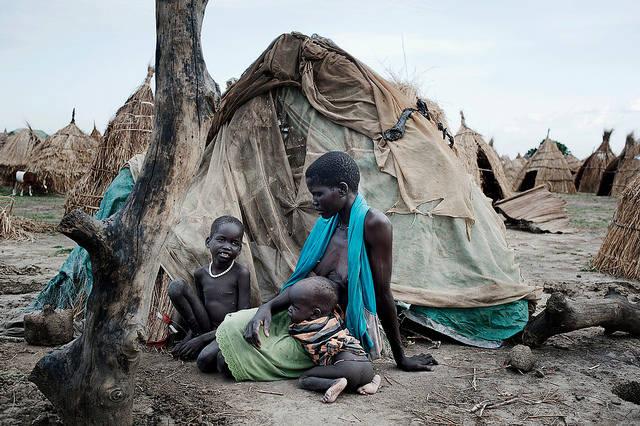 Rebecca Nyaknme konnte mit zwei ihrer Kinder den Massakern in Bentiu entkommen. Sie leben jetzt in Strohhütten vor der Stadt Ganyiel. Auf der Flucht wurde sie von ihrem Mann und den anderen beiden Kindern getrennt.  |  Bild: ©  World Humanitarian Summit [CC BY-ND 2.0]  - flickr