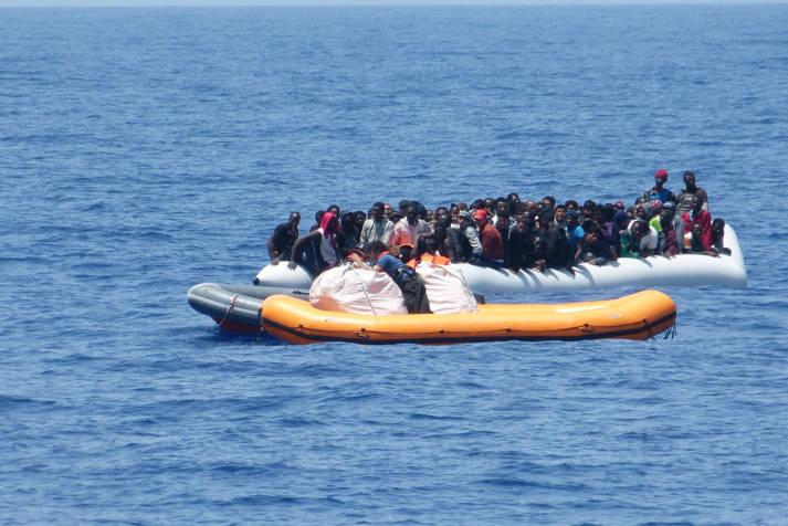 Afrikanische Flüchtlinge wagen weiterhin den gefährlichen Weg übers Mittelmeer. Die EU will Schlepperbanden bekämpfen, ist aber nicht bereit, mehr legale Wege nach Europa zu schaffen. Afrikanische Flüchtlinge wagen weiterhin den gefährlichen Weg übers Mittelmeer. Die EU will Schlepperbanden bekämpfen, ist aber nicht bereit, mehr legale Wege nach Europa zu schaffen.  |  Bild: ©  Brainbitch [CC BY-NC 2.0]  - Flickr