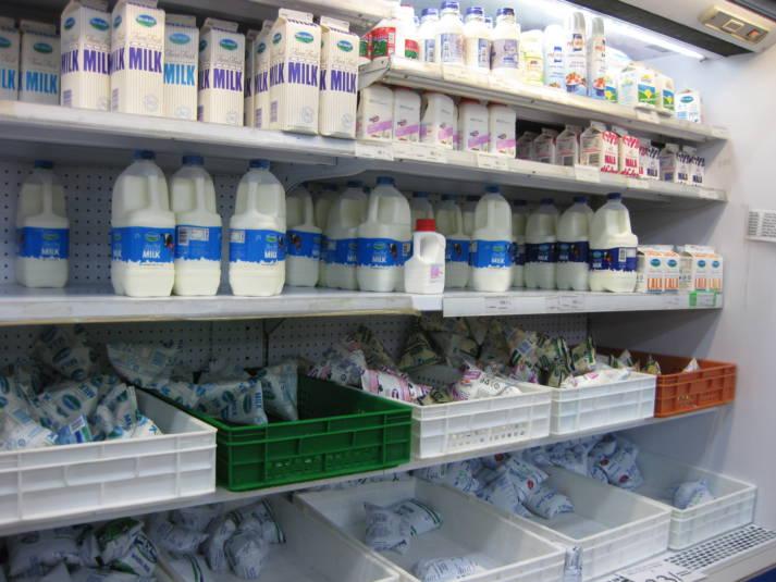 Große Auswahl an Milchprodukten in der Kühltheke eines kenianischen Supermarktes. Große Auswahl an Milchprodukten in der Kühltheke eines kenianischen Supermarktes. |  Bild: © Amy the Nurse [CC BY-NC-ND 2.0]  - Flickr