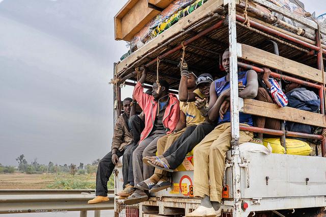 Menschen auf Transporter in Niger