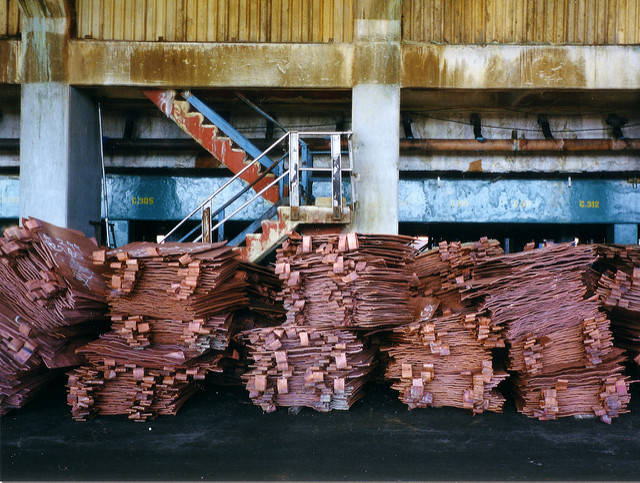 Kupfer Sambia Here is some copper cathode stacked up, ready for shipment. Zambia, 1999.  |  Bild: ©  mm-j [CC BY-NC 2.0]  - flickr