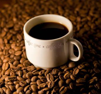 Kaffeetasse auf Kaffeebohnen