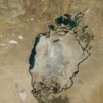 Aralsee 2014 Aralsee im Jahr 2014. Die schwarze Linie zeigt die Ausmaße des Sees im Jahr 1960. (Linie bearbeitet, Bild zugeschnitten) | Bild (Ausschnitt): © NASA Goddard Space Flight Center [CC BY 2.0] - flickr