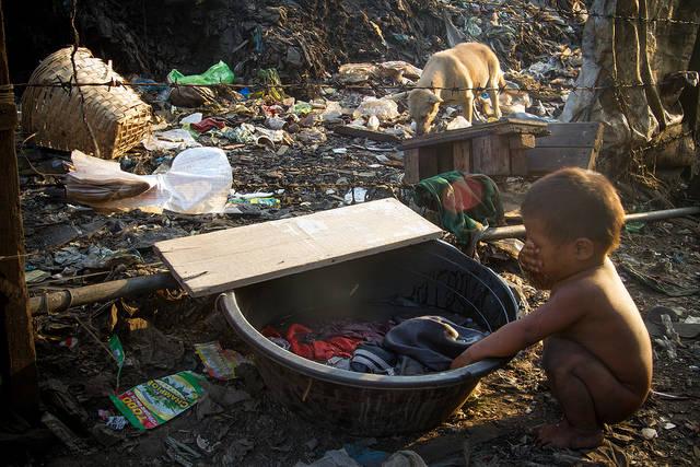 Kleiner Junge der sich mit schmutzigem Wasser wäscht    Bild: ©  Adam Cohn [CC BY-NC-ND 2.0]  - Flickr