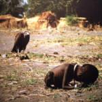 Mädchen bricht bricht beim Wasserholen zusammen Hungersnot im Sudan 1993 | Bild (Ausschnitt): © David Erickson [CC BY 2.0] - flickr