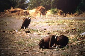 Mädchen bricht bricht beim Wasserholen zusammen Hungersnot im Sudan 1993   Bild: © David Erickson [CC BY 2.0]  - flickr