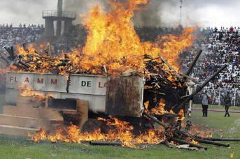 """Entwaffnunf, Demobilisierung und Reintegration beginnt in der Elfenbeinküste Waffen werden bei der Zeremonie der """"Flamme des Friedens zerstört.   Bild: © United Nations [CC BY-NC-ND 2.0]  - Flickr"""