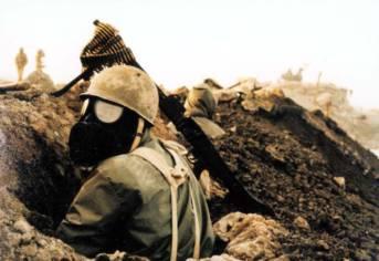 Iranischer Soldat mit Gasmaske im Iran-Irak-Krieg