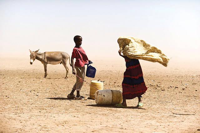 Junge und Mädchen in kenianischer Wüste Junge und Mädchen in einer Wüste In Kenia |  Bild: ©  Bread for the World [CC BY-NC-ND 2.0]  - Flickr