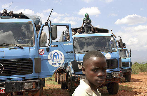 Flüchtlinge der Operation der Vereinten Nationen Ein Junge vor Fahrezugen der UNO    Bild: © United Nations Photo [CC BY-NC-ND 2.0]  - Flickr