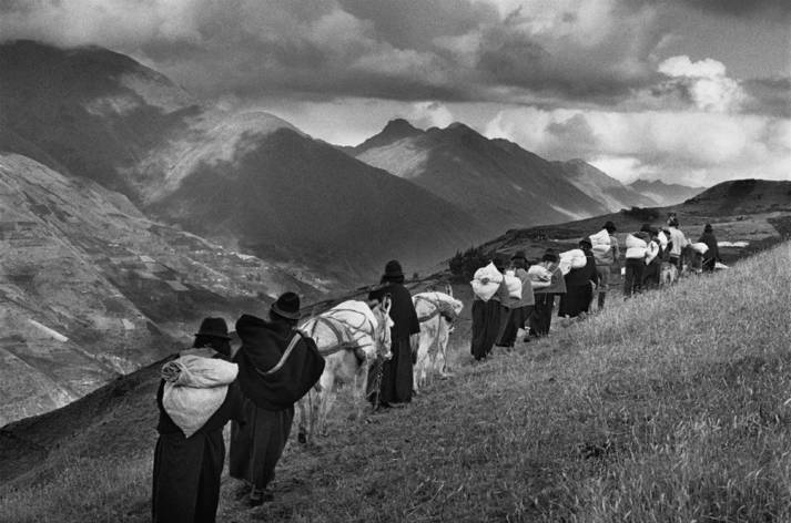 The men having migrated to the cities, the women carry their goods to the market of Chimbote. Region of Chimborazo. Ecuador. 1998. |  Bild: © Sebastião Salgado / Amazonas images - TASCHEN Verlag