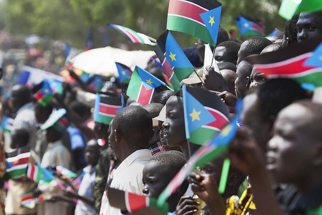 Südsudan Unabhängigkeitsfeier Menschen säumen am ersten Unabhängigkeitstag des Südsudan die Straßen der Hauptstadt Juma |  Bild: © Steve Evans [CC BY-NC 2.0]  - Flickr