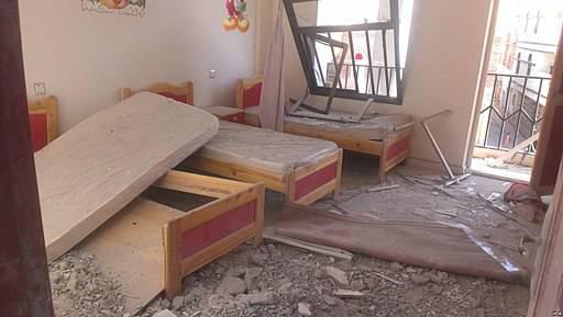 Jemen nach Bombardierung von Saudi-Arabien Durch saudische Bomben werden Zivilisten getötet, auch viele Kinder sind unter den Opfern.    Bild: © VOA/Almigdad Mojalli [Puplic Domain]  - Wikimedia Commons