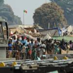 Zentralafrikanische Flüchtlinge am Flughafen von Bangui Zentralafrikaner in einem Flüchtlingslager der Hauptstadt Bangui um sich vor Gewalt und Zerstörung ihres Landes zu schützen | Bild (Ausschnitt): © U.S. Air Force [Public Domain] - Wikimedia Commons