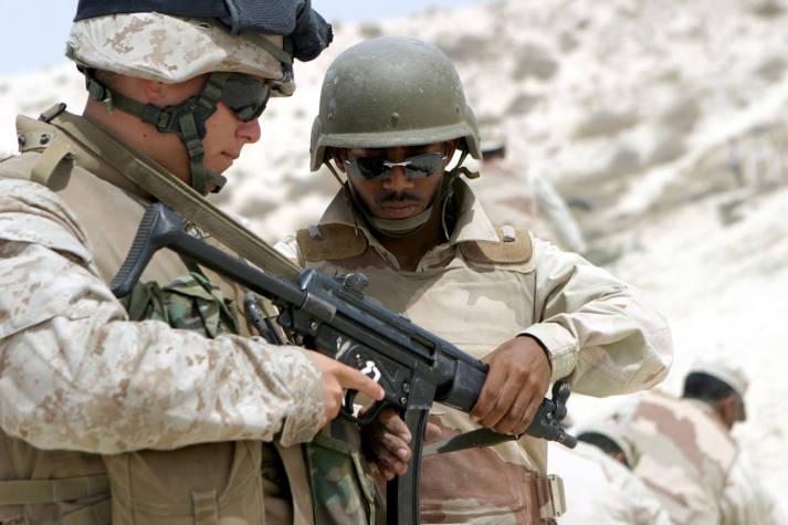MP5 US-Soldat erklärt einem saudischen Soldaten das deutsche Maschinengewehr MP5    Bild: © Lance Corpoal Daniel R. Lowndes [Puplic Domain]  - Wikimedia commons