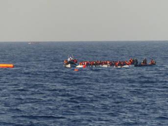 Flüchtlinge vor libyscher Küste Die Geflüchteten werden von Schlauchbooten gerettet.   Bild: © Brainbitch [CC BY-NC 2.0]  - Flickr