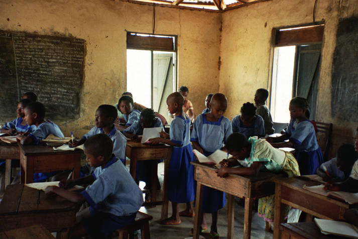 Klassenzimmer in Nigeria Millionen Kinder, die unterernährt oder krank sind, die aus ärmsten Familien stammen und neben der Schule hart arbeiten müssen, haben von Anfang an schlechte Lernchancen. |  Bild: ©  Fizzr [CC BY-NC 2.0]  - Flickr
