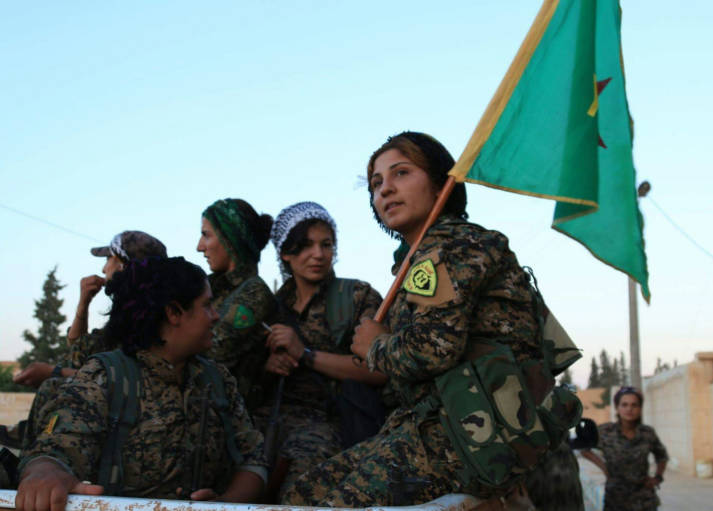 Kurdische YPG erobert Rakka Die Terrormiliz hatte Rakka 2014 erobert und von dort aus Anschläge im Ausland geplant und im Anschluss an große Erfolge häufig euphorische Paraden abgehalten.     Bild: ©  Kurdishstruggle [CC BY 2.0]  - Flickr