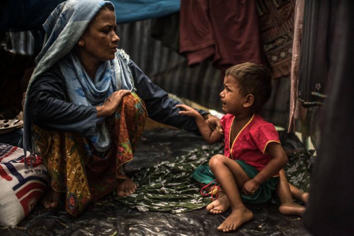 Rohingya in Bangladesch Soldaten aus Myanmar sollen Frauen und Mädchen missbraucht, Dörfer umstellt, Gebäude in Brand gesetzt und auf fliehende Menschen geschossen haben.    Bild: ©  CAFOD Photo Library [CC BY-NC-ND 2.0]  - Flickr
