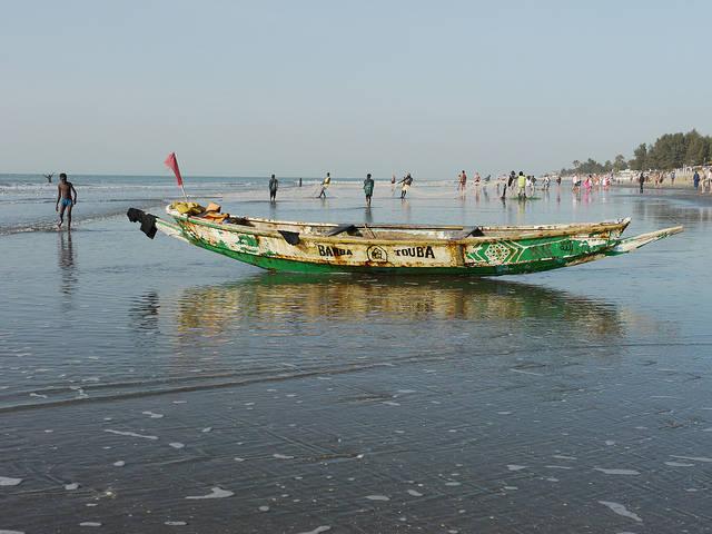 Fischbestand Die gambischen Fischerboote bleiben wegen dem mangelnden Fischbestand an Land.    Bild: ©  tjabeljan [CC BY 2.0]  - Flickr