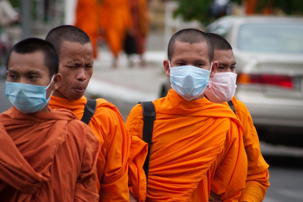 Mönche mit Atemmasken zum Schutz vor Smog