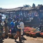 Markt in Afrika Die Märkte Afrikas werden dank unfairer Freihandelsabkommen von billigen Produkten aus Europa überschwemmt. | Bild (Ausschnitt): © Skip Russell [CC BY-NC-ND 2.0] - Flickr