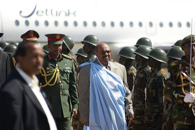 Sudanesischer präsident Der sudanesische Staatspräsident Omar Hassan al-Bashir: Er erscheint zum Gipfel-Treffen, obwohl er derzeit vom internationalen Strafgerichtshof wegen Völkermord per Haftbefehl gesucht wird.  |  Bild: © Al Jazeera English [CC BY-SA 2.0]  - Flickr