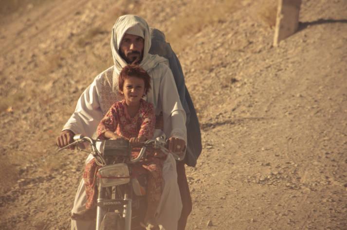 Familie auf Roller in Afghanistan Amnesty International kritisiert das Vorgehen in Europa scharf. Die Menschenrechtsorganisation schreibt, dass im vergangenen Jahr so viele Zivilisten in Afghanistan verletzt und getötet wurden wie seit 2009 nicht mehr.  |  Bild: ©  DVIDSHUB [CC BY 2.0]  - Flickr