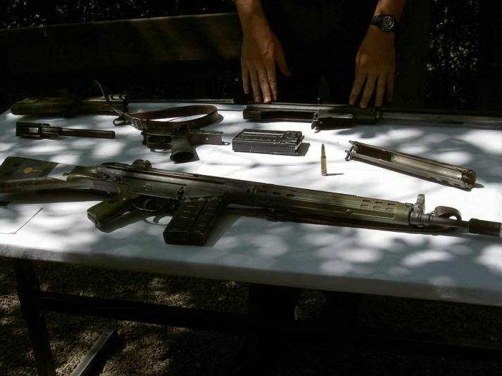 deutsches G3-Gewehr Das Sturmgewehr G3 des deutschen Herstellers Heckler & Koch fand bereits 2015 im Jemenkrieg Verwendung. Seit 2008 darf Saudi Arabien die Waffe in Lizenz produzieren und wird aus Deutschland mit den Bauteilen versorgt. Um die weitere Verwendung kümmert sich die Bundesregierung nicht    Bild: © Aidschent2 [gemeinfrei]  - Wikimedia Commons