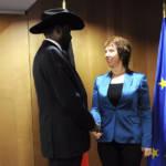 Die ehemalige Hohe Vertreterin der EU Catherine Ashton schüttelt dem südsudanesischen Präsidenten Salva Kiir Mayardit die Hand. Ihm werden schwere Menschrechtsverletzungen vorgeworfen. | Bild (Ausschnitt): © European External Action Service [CC BY-NC-ND 2.0] - Flickr
