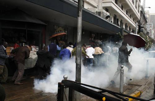 Die Staatsgewalt geht mit Tränengas gegen Protestierende auf den Straßen Nairobis vor. Bereits nach der Wahl 2007 kam es in Kenia zu gewalttätigen Auseinandersetungen zwischen Demonstranten und Polizei |  Bild: © DEMOSH [CC BY 2.0]  - flickr